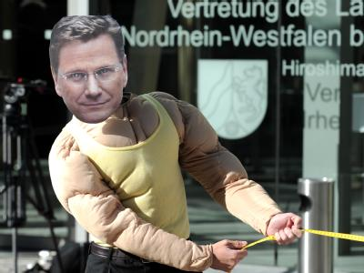 Ein Demonstrant mit einer Maske, die FDP-Chef Westerwelle darstellt, vor der Landesvertretung von Nordrhein-Westfalen in Berlin.
