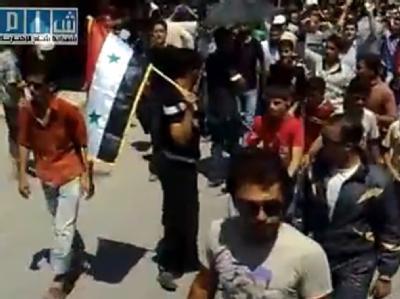 Studenten demonstrieren im syrischen Maarat an-Numan. Die Aufnahme stammt von einem Video des Shaam News Network. (Archivbild)