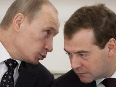 Der russische Ministerpräsident Wladimir Putin (l.) und Kremlchef Dmitri Medwdew: «Für dieses grausame und sinnlose Verbrechen werden die Terroristen büßen», sagte Putin. (Archivbild)