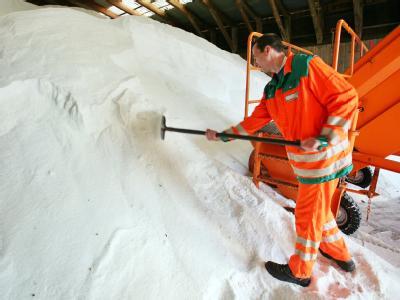 Ein Mitarbeiter einer Autobahnmeisterei schaufelt Salz. Pro Quadratmeter verteilen Streufahrzeuge je nach Witterung 10 bis 20 Gramm Salz auf den Straßen.