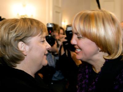 Kanzlerin Angela Merkel und die Grünen-Vorsitzende Claudia Roth (r) beim Neujahrsempfang im Berliner Schloss Bellevue. (Archivbild)