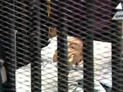 Ex-Präsident Mubarak wird auf einem Krankenbett in den Gerichtssaal gebracht. (TV-Screenshot)