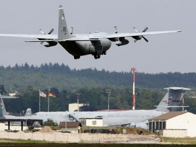 Eine Transportmaschine der US-Luftwaffe überfliegt den US-Flughafen Ramstein. Foto: Ronald Wittek/Archiv