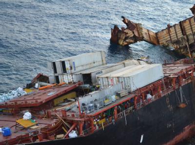 Das Frachtschiff «Rena» war im Oktober unweit der neuseeländischen Küste von Tauranga auf ein Riff gelaufen und schwer beschädigt worden. Foto: Maritime New Zealand