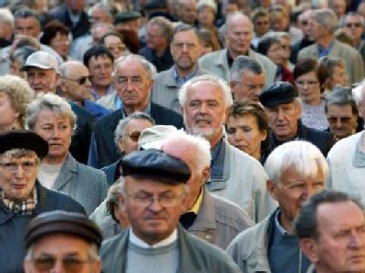 Rentner nehmen am 13.10.2003 in Berlin an einem Protestmarsch gegen Rentenkürzungen und Einsparungen teil. (Archivfoto)