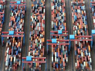 Luftbild des Containerterminals Altenwerder im Hafen der Hansestadt Hamburg. (Archivfoto: Kay Nietfeld)
