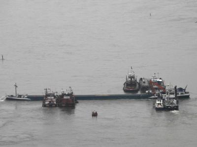 Schiffe im Rhein: 1100 Tonnen Diesel beladene Schiff von der Fahrrinne ab und blieb in einem Kiesbett stecken. (Archiv- und Symbobild)