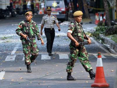 Indonesische Soldaten sichern die Rückseite JW Marriot-Hotels in Jakarta. Hinter ihnen ist die Straße mit Glassplittern übersät.