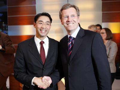Christian Wulff und der Philipp Rösler (l) bei der Landtagswahl 2008. Foto: Jochen Lübke/Archiv
