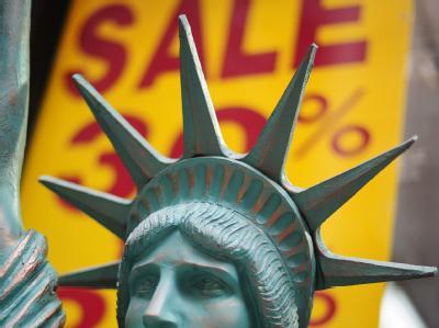 Ein Modell der Freiheitsstatue vor einem Geschäft mit einem Plakat «Sale» in Manhattan. (Symbolbild)