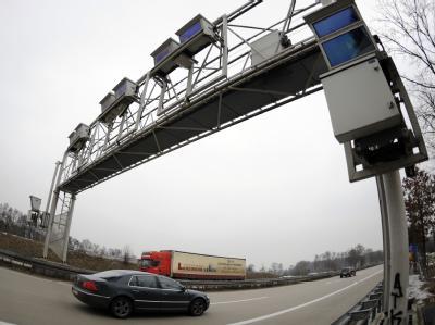 Maut-Brücke über einer Autobahn in der Region Hannover.