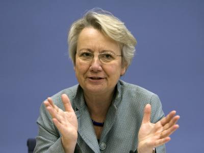 Bildungsministerin Schavan muss sich gegen den anonym erhobenen Vorwurf von Plagiaten in ihrer Doktorarbeit wehren. Foto: Arno Burgi/Archiv