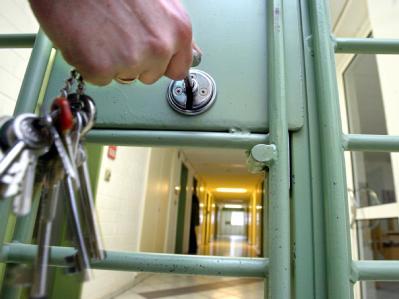 Auch gegen junge Mörder im Alter zwischen 18 und 20 Jahren dürfen lebenslange Haftstrafen verhängen werden. (Symbolbild)