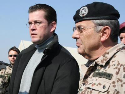 Bundesverteidigungsminister Guttenberg (l) und der damalige Bundeswehr-Generalinspekteur Schneiderhan bei den deutschen Truppen in Afghanistan. (Archivbild vom November 2009)