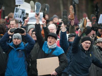 Schuhe als Zeichen der Verachtung: Etwa 300 Menschen haben gegen Christian Wulff demonstriert. Foto: Jörg Carstensen
