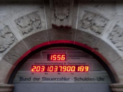 Die Schuldenuhr am Sitz des Bundes der Steuerzahler in Berlin am 12.01.2012 eine Zahl von über zwei Billionen Euro an. Foto: Robert Schlesinger/Archiv