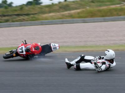 Bei diesem Sturz blieb er unverletzt: Michael Schumacher beim freien Training mit seiner Superbike-Maschine auf dem Sachsenring (Foto vom 12.06.2008).