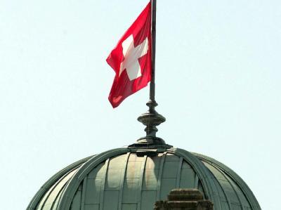 Die Flagge der Schweiz auf einem Regierungsgebäude in Bern.