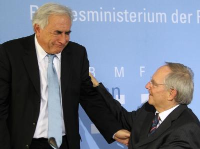 Bundesfinanzminister Wolfgang Schäuble im Gespräch mit Dominique Strauss-Kahn.