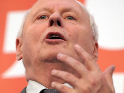 Oskar Lafontaine nimmt seinen erkrankten Amtsnachfolger Wolfgang Schäuble gegen Kritik in Schutz.