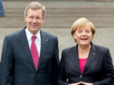 Bundespräsident Christian Wulff und Bundeskanzlerin Angela Merkel. Foto: Friso Gentsch/Archiv