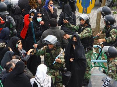 Polizisten und Ahmadinedschad-kritische Demonstranten gerieten am vergangenen Mittwoch in Teheran aneinander.