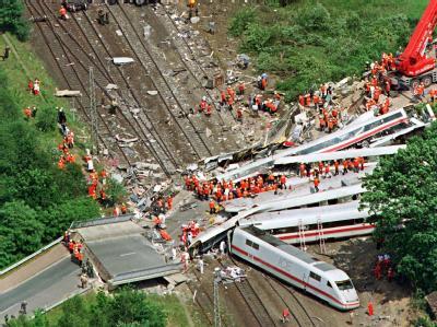 Das Luftbild zeigt das Ausmaß der Verwüstung durch das ICE-Zugunglück in Eschede (Archivfoto vom 03.06.1998). Die Bahn zahlte für jeden der 101 Toten 30 000 Mark (rund 15 000 Euro) Entschädigung an Hinterbliebene.