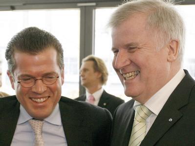 Der Bundeswirtschaftsminister Karl-Theodor zu Guttenberg (l) und der bayerische Ministerpräsident Horst Seehofer. (Archivbild)