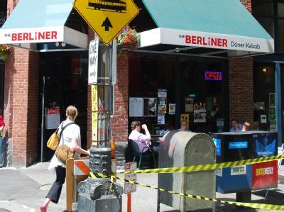 Beim «The Berliner» in Seattle bildet der Fernsehturm das «i», die Wände sind mit Bildern des Brandenburger Tores und mit Mauergraffiti geschmückt. Foto:Chris Melzer