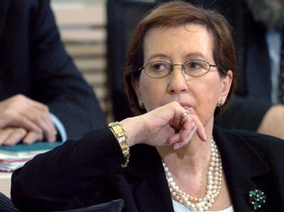 Heide Simonis schaut am 17. März 2005 im Kieler Landtag in Kiel nach dem vierten Wahlgang geschockt in den Plenarsaal.