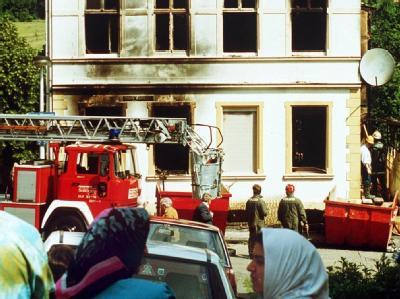 Das im Mai 1993 bei dem Brandanschlag zerstörte Haus der türkischen Familie Genc in Solingen. Archivfoto: Roland Scheidemann