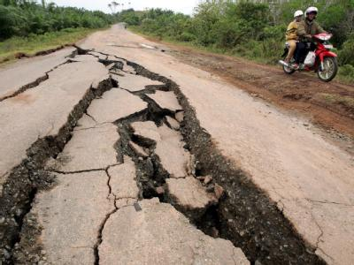 Schäden nach einem Erdbeben in Indonesien am 15. September 2007: An der Westküste Sumatras kommt es immer wieder zu schweren Beben.