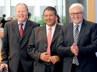 Fraktionsvorsitzende Frank Walter Steinmeier (r) gilt neben dem früheren Bundesfinanzminister Peer Steinbrück (l) und SPD-Chef Sigmar Gabriel als möglicher Kanzlerkandidat der Sozialdemokraten. Archivfoto: Maurizio Gambarini