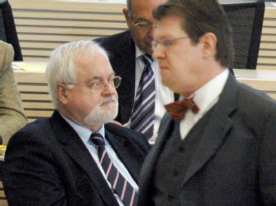 Frostiges Klima: Ministerpräsident Peter Harry Carstensen (CDU, l.) wird von Ralf Stegner keines Blickes gewürdigt (Archiv).