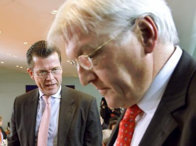Außenminister Frank-Walter Steinmeier (r., SPD) hat Wirtschaftsminister Karl-Theodor zu Guttenberg (CSU) geraten, noch einmal seinen Amtseid zu lesen. (Archivbild)