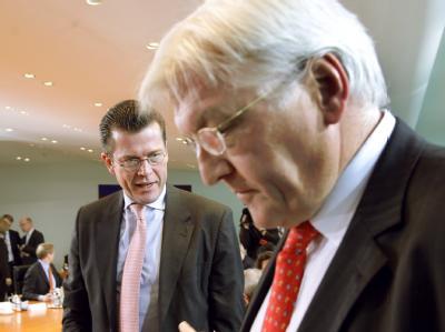 Vom Kabinettskollegen zum politischen Gegner: Außenminister Frank-Walter Steinmeier und Bundeswirtschaftsminister Karl-Theodor zu Guttenberg.