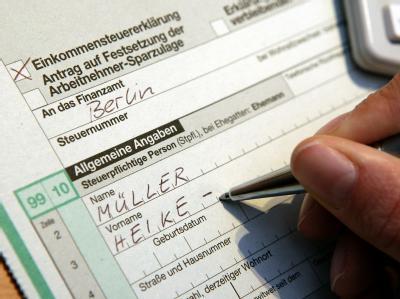 Einkommensteuererklärung (Archivfoto vom 06.03.2006).
