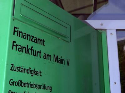 Briefkasten am Haupteingang des Finanzamtes Frankfurt V (Archivbild).