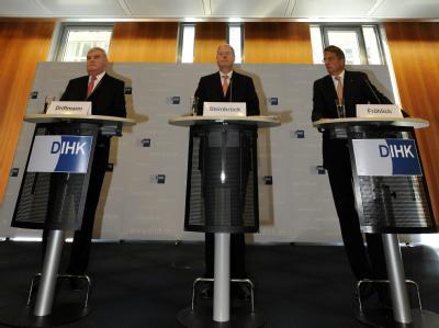 Bundesfinanzminister Peer Steinbrück (M.) und Vertreter von Banken- und Wirtschaftsverbänden erläutern die Überlegungen zur Kreditklemme.