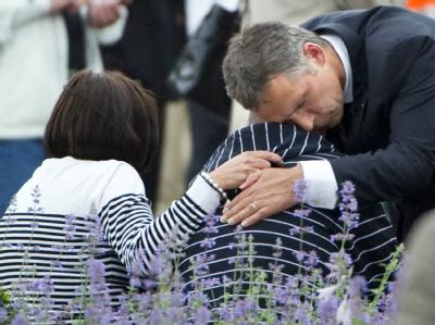 Trauer und Trost: Norwegens Ministerpräsident Jens Stoltenberg am Tag nach dem Massaker von Utoya am 23.7.2011. Foto: Bjoern Larsson Rosvall