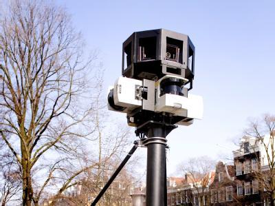 Eine Google Street View-Kamera auf dem Dach eines Wagens.