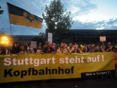 Demonstranten während einer Protestveranstaltung in Stuttgart vor dem Landtag.
