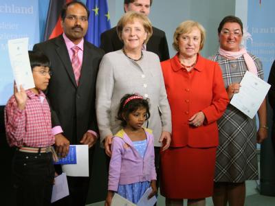 Bundeskanzlerin Angela Merkel und die Integrationsbeauftragte der Bundesregierung, Maria Böhmer, mit neu eingebürgerten deutschen Staatsbürgen. (Archivbild vom 12.05.2009)