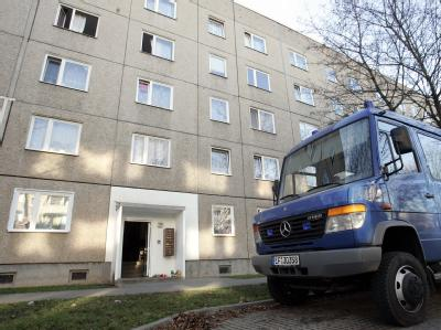 In diesem Haus im thüringischen Sömmerda war 2006 ein zehn Monate altes Baby in der Wohnung seiner Mutter verdurstet. (Archivbild)