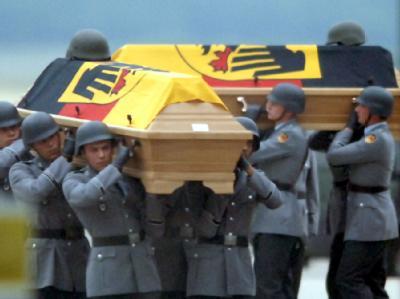 Soldaten tragen die Särge zweier in Afghanistan getöteten Bundeswehrsoldaten zur Trauerfeier (Archivfoto vom 29.6.2005).