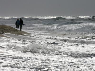Spaziergänger am Strand von Westerland: In einer Kurklinik auf Sylt sind mehrere Kinder missbraucht worden. (Symbolbild)