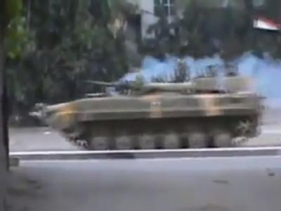 Eines der wenigen aus Syrien herausgeschmuggelten Fotos vom 15.8.2011 zeigt einen Panzer der Assad-Truppen in der Rebellenhochburg Homs. Foto: Shaam News Network