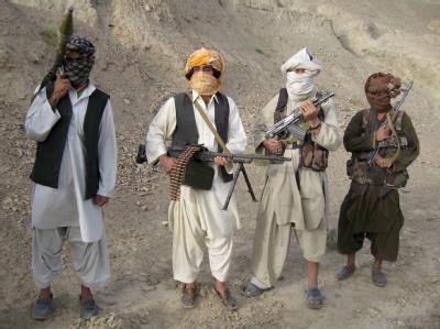 Militante Taliban in Afghanistan (Archivbild). Taliban-Kämpfer haben im Südosten des Landes zwei ISAF-Stützpunkte angegriffen.
