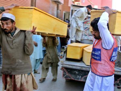 Helfer bringen nach einem schweren Attentat in Pakistan Särge für die vielen Opfer. (Archivfoto)