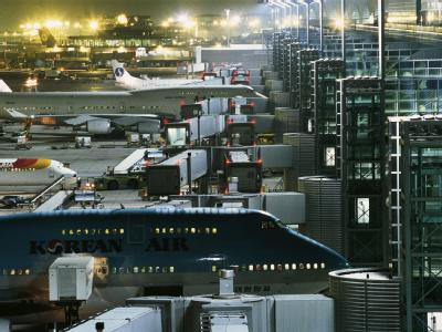 Passagierflugzeuge am Terminal 2 des Flughafens in Frankfurt am Main (Archiv).